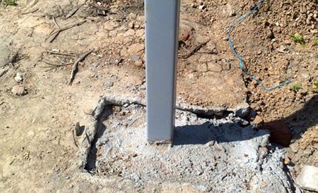 Самый простой пример бетонирования стойки, но его нельзя назвать самым практичным