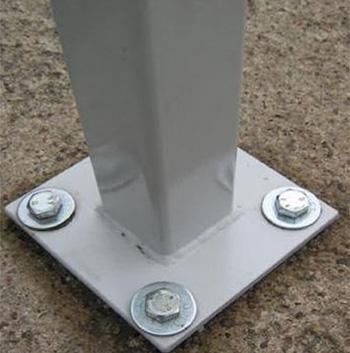 Использование анкерных болтов позволяет выровнять стойку при монтаже регулировкой затяжки гаек и подкладкой металлических пластин различной толщины