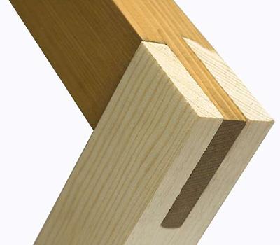 Соединение в шип. Один брус имеет выступ, который вставляется в паз второго бруса.